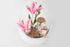Декоративные цветы Лилии розовые и орхидея в керам.вазе